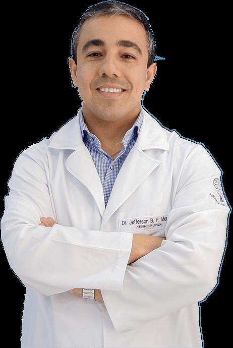 Foto do Dr. Jefferson Moreira vestindo jaleco e sorrindo para o usuário